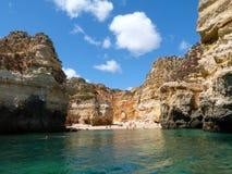 Strand zwischen Felsen Lizenzfreies Stockfoto