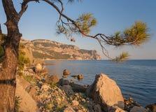 Strand zwischen Felsen und Meer. Schwarzes Meer, Ukraine. Stockfoto
