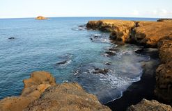 Strand zwischen Klippen Stockfotos