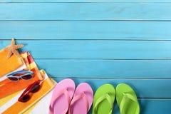 Strandachtergrond, wipschakelaars, zonnebril, exemplaarruimte Stock Foto