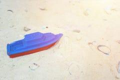 """Strandactiviteit voor jonge geitjes Het stuk speelgoed †""""kleine blauwe pl van het kinderen` s strand royalty-vrije stock fotografie"""