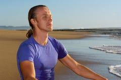strandaffärsmannen mediterar barn Royaltyfria Foton