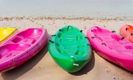 Strandaktivitet som kayaking Arkivbilder