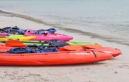 Strandaktivitet som kayaking Arkivbild