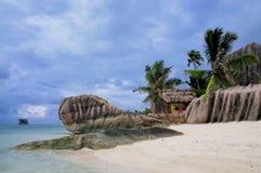 StrandAnse källa som är d'Argent på Seychellerna arkivbilder