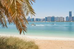 Strandansicht über Abu Dhabi Skyline lizenzfreies stockfoto