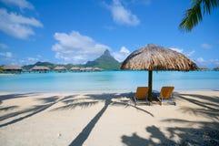 Strandansicht mit zwei Stühlen in Bora Bora stockbild