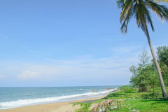 Strandansicht und klarer Himmel lizenzfreie stockbilder