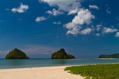 Strandansicht zur kleinen Insel in Asien Stockbilder