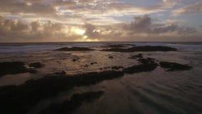 Strandar den övre sikten för det flyg- slutet av vattenvågor nära i Indiska oceanen, Mauritius Island lager videofilmer