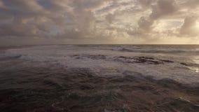 Strandar den övre sikten för det flyg- slutet av vattenvågor nära i Indiska oceanen, Mauritius Island arkivfilmer