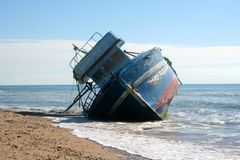 strandat fartyg royaltyfria bilder
