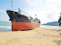 Strandat lastfartyg på en öde strand i Vietnam royaltyfri fotografi