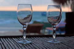 Strandavond op de zonsondergang met twee glazen Stock Afbeeldingen