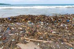 Strandavskräde Rubbish tvättade sig upp på kustlinje royaltyfri fotografi