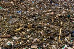 Strandavskräde Rubbish tvättade sig upp på kustlinje royaltyfria foton