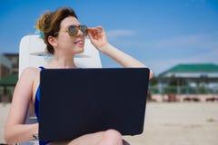 strandbärbar datorkvinna Arkivfoton