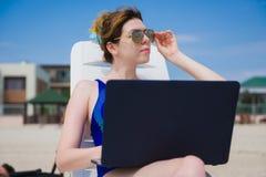 strandbärbar datorkvinna Arkivfoto