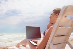 strandbärbar datorkvinna Royaltyfri Bild