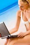 strandbärbar datorkvinna Royaltyfri Foto
