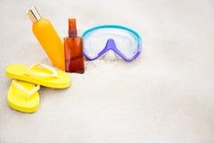 Strandbakgrund - flipmisslyckanden, solkrämflaskor och dykning Royaltyfri Foto