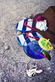 Strandbakgrund: hatt flipmisslyckanden Coctail exponeringsglas Arkivfoto