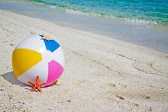 Strandbal met zeester stock afbeelding