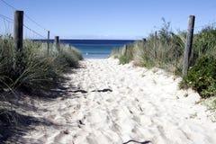 strandbana som är sandig till Arkivfoto