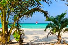 strandbana till tropiskt Royaltyfri Foto