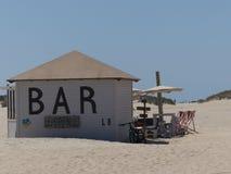 Strandbar bij een zandig strand Stock Fotografie