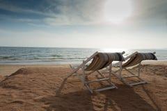 Strandbed met de schemeringtijd van de zongloed Stock Afbeeldingen