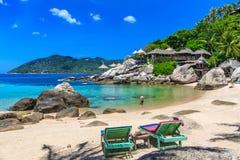 Strandbed op wit zandstrand bij tropisch eiland Royalty-vrije Stock Afbeeldingen