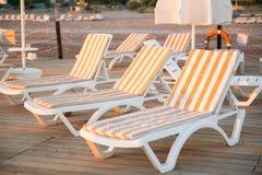 Strandbedden bij houten pijler Stock Afbeelding