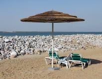 Strandbedden en luifel royalty-vrije stock afbeelding