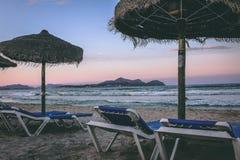 Strandbedden en stroparaplu's bij het Strand van Playa DE Muro, Alcudia, Mallorca, Spanje Stock Afbeelding