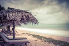Strandbedden op het tropische strand stock afbeelding