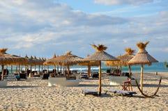 Strandbetten auf dem Strand Stockfotos