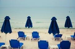 Strandbetten und -regenschirme Stockfoto