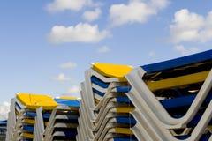 Strandbetten weg von der Jahreszeit Stockfotos