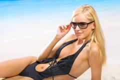 strandbikinikvinna Arkivfoton