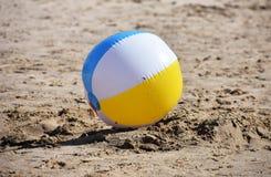 Strandboll i sand Fotografering för Bildbyråer