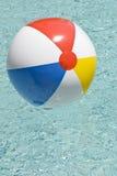Strandboll i simbassänglodlinje Arkivbilder