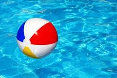 Strandboll i simbassäng Arkivfoto