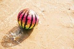 Strandboll på en sandig strand Royaltyfri Bild