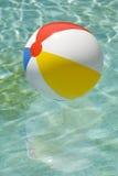 Strandboll som svävar i simbassänglodlinje Arkivbilder