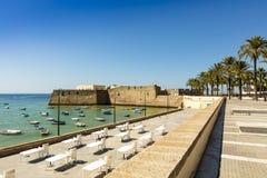 Strandboulevard met oud kasteel in Cadiz, Spanje Stock Fotografie