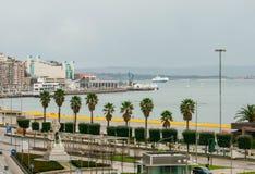 Strandboulevard van de stad van Santander, paleis van festivallen van Cantabri? Veerboot en zeilboten stock foto
