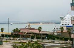Strandboulevard van de stad van Santander, paleis van festivallen van Cantabri? Veerboot en zeilboten royalty-vrije stock foto