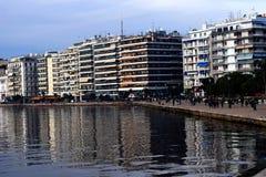Strandboulevard van Thessaloniki/Bezinningen over het overzees Stock Afbeelding