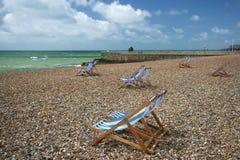 strandbrighton deckchairs england randiga sussex Royaltyfri Fotografi